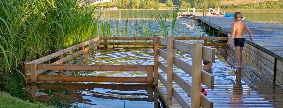 Kind springt in Holc Naturpool in einem See eingebaut - Vorteile