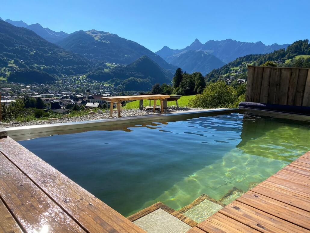 Holc Naturpool in den Bergen. Wunderschöner Ausblick mit einen Pool aus Holz.