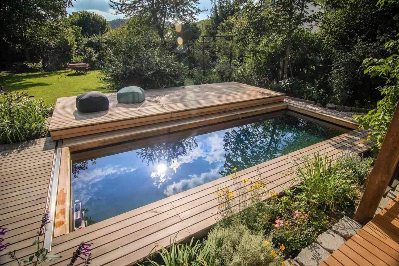 Ein wunderbarer Garten mit einem Holc Naturpool. Der Naturpool aus Holz.