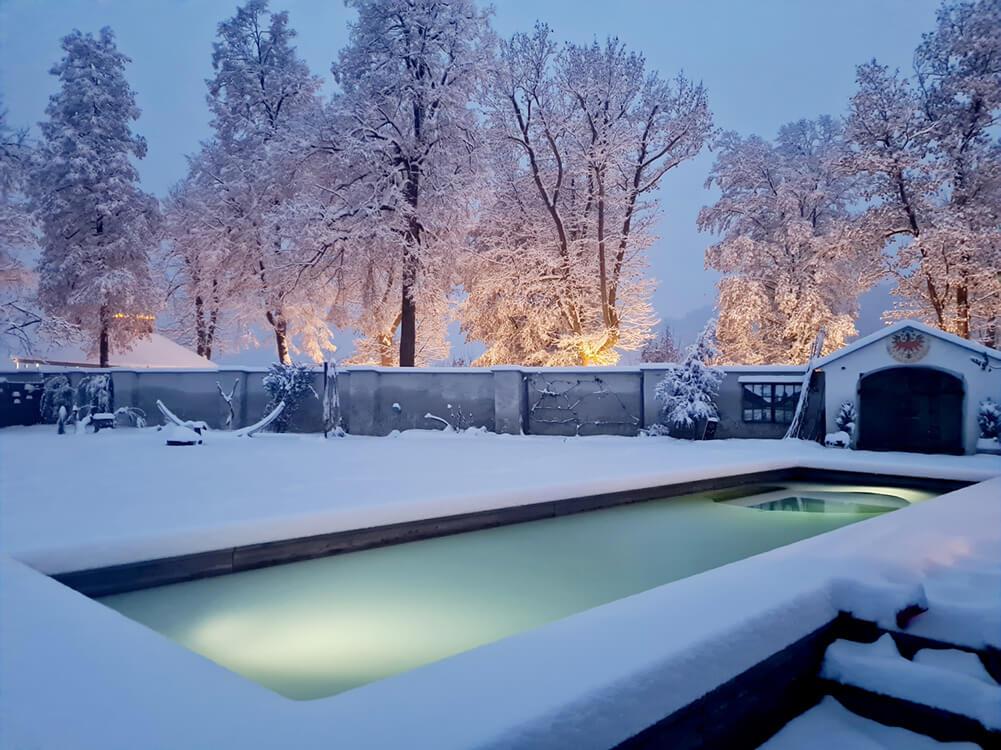 Ein Holc Naturpool im Winter. Das Wasser bleibt ganzjährig im Pool.