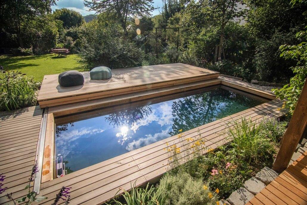 Gesunden Wasser in einem Garten mit Holc Naturpool