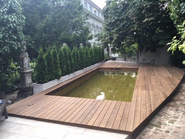 In Innenstadtlage mit Holc Naturpools, dem Pool aus Holz.