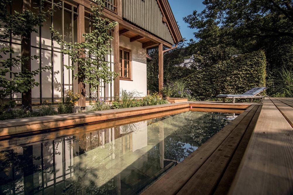 Zeigt einen Pool vor einem Bauernhaus von Holc Naturpools