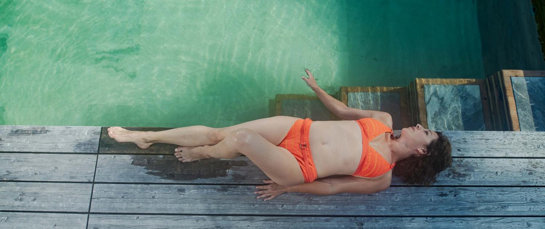 Julia Cencig liegt am Holc Naturpool